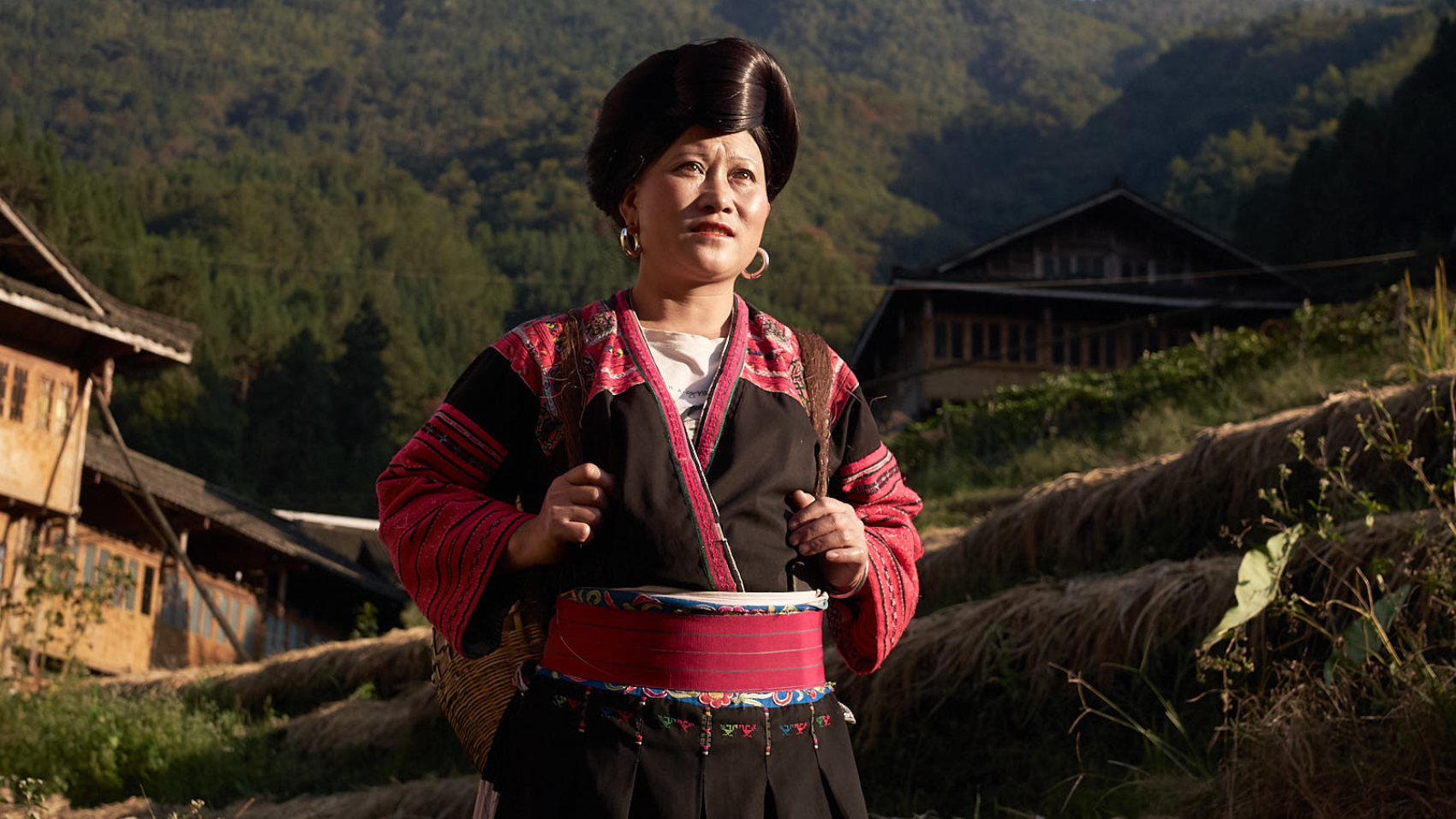 Huangluo, das Dorf der Langhaarfrauen - Dokumentation (Arte) - Yao-Frau im Reisfeld